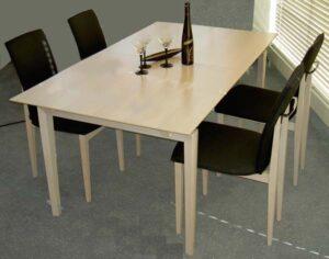 Tischgruppe mit vier Stühlen